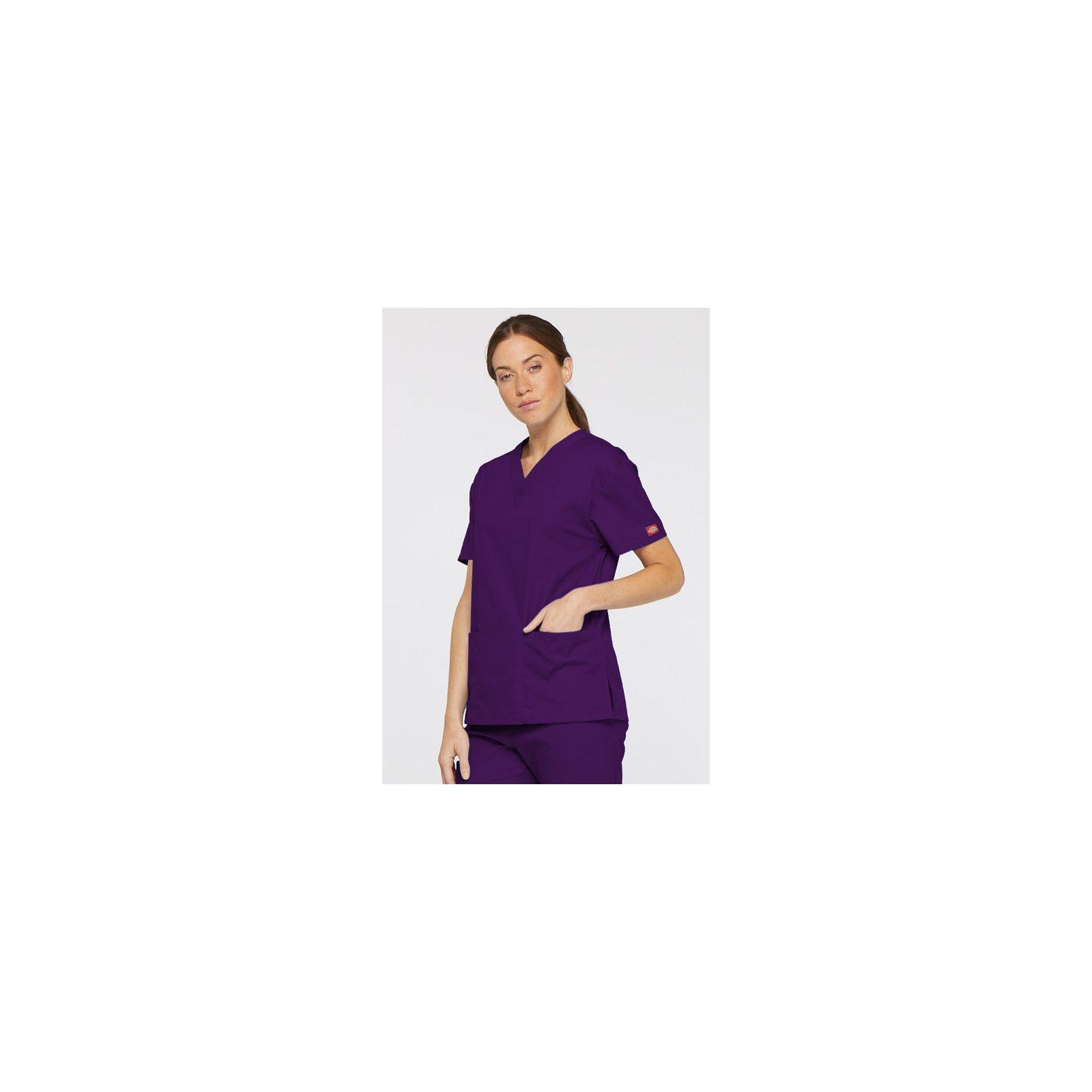 """Blouse médicale Col V Femme, Dickies, 2 poches, Collection """"EDS signature"""" (86706), couleur aubergine, vue modèle coté droit"""