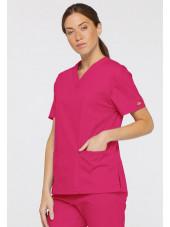 """Blouse médicale Col V Femme, Dickies, 2 poches, Collection """"EDS signature"""" (86706), couleur fushia, vue modèle coté droit"""