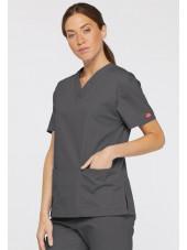 """Blouse médicale Col V Femme, Dickies, 2 poches, Collection """"EDS signature"""" (86706), couleur gris anthracite, vue modèle coté dro"""