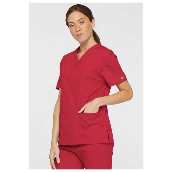 """Blouse médicale Col V Femme, Dickies, 2 poches, Collection """"EDS signature"""" (86706), couleur rouge, vue modèle coté droit"""