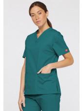 """Blouse médicale Col V Femme, Dickies, 2 poches, Collection """"EDS signature"""" (86706), couleur teal blue, vue modèle coté droit"""