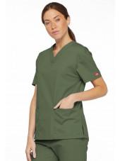 """Blouse médicale Col V Femme, Dickies, 2 poches, Collection """"EDS signature"""" (86706), couleur vert olive, vue modèle coté droit 1"""