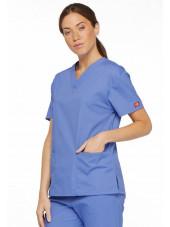 """Blouse médicale Col V Femme, Dickies, 2 poches, Collection """"EDS signature"""" (86706), couleur bleu ciel, vue modèle coté droit"""