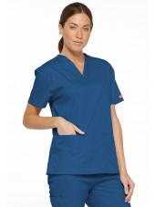 """Blouse médicale Col V Femme, Dickies, 2 poches, Collection """"EDS signature"""" (86706), couleur bleu royal, vue modèle coté gauche"""