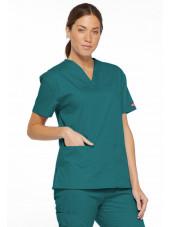 """Blouse médicale Col V Femme, Dickies, 2 poches, Collection """"EDS signature"""" (86706), couleur teal blue, vue modèle coté gauche"""