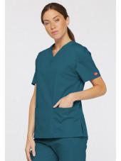 """Blouse médicale Col V Femme, Dickies, 2 poches, Collection """"EDS signature"""" (86706), couleur vert caraïbe, vue modèle coté droit"""