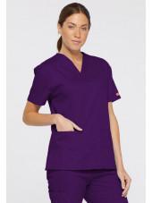 """Blouse médicale Col V Femme, Dickies, 2 poches, Collection """"EDS signature"""" (86706), couleur aubergine, vue modèle coté gauche"""