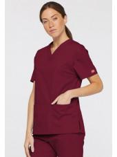 """Blouse médicale Col V Femme, Dickies, 2 poches, Collection """"EDS signature"""" (86706), couleur bordeaux, vue modèle coté droit"""